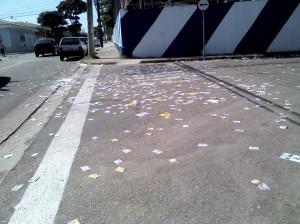 rua papeis muro eleição santinhos poluição propaganda eleitoral