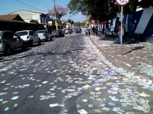 escola eleições panfletos santinhos rua sujeira eleitoral