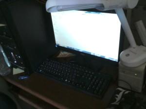 monitor aoc gabinete xpc teclado kmex mouse genérico mousepad l death note luminária estabilizador velho