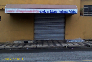 Feriado no sábado (Tiradentes)... E a loja (que abre aos sábados, domingos e feriados) estava fechada.