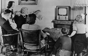 Família assistindo T.V.