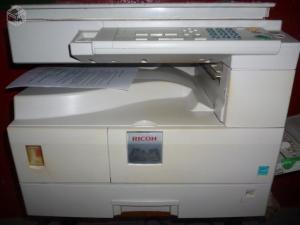 Uma máquina fotocopiadora da Ricoh. Repare que Xerox é uma fabricante de impressoras, e não um tipo de máquina.