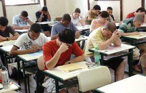 Pessoas fazendo exame de Enem, ou de algum vestibular. Tudo depende do ponto de vista.