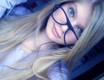 garota loira pequena  fofa de óculos