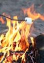 Esquentar marshmallows numa fogueira é clichê.