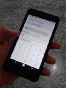 Minha mão, meu celular, meu aplicativo. Desculpem a baixa qualidade da foto, tive que tirar com um Android.