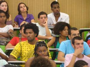 Essa imagem condiz mais com a realidade de uma turma universitária. Ninguém rindo e uns com cara de sono.